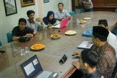 para peserta diskusi dan pembicara, di Ruang 108 Blok 1 UNAS, Jumat (03-5)