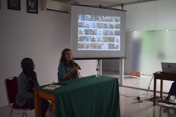 Kristen S. Morrow salaku pemateri sedang memaparkan presentasinya
