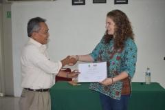 pemberian sertifikat dari dekan Biologi ke pemateri