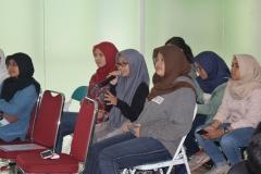 salah satu peserta seminar sedang bertanya