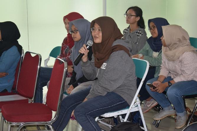 peserta seminar dalam sesi tanya jawab