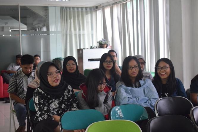 peserta seminar sedang mendengarkan materi