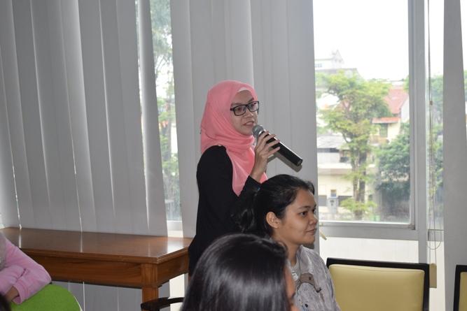 salah satu peserta sedang mengajukan pertanyaan