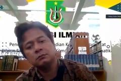 Dosen FTKI Unas sedang memaparkan hasil penelitiannya dalam diskusi ilmiah (3)
