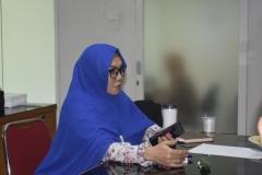 Dosen program studi sosiologi Havizhatul Hanim, S.Sos,M.Si memberikan pertanyaan kepada pembicara pada acara diskusi interaktif sosiologi di ruang LPPM Universitas Nasional, (15/3)