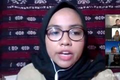 Bulan Indah Putri Seme, Ketua Himpunan Mahasiswa Ilmu Politik Unas selaku moderator sedang memimpin jalannya diskusi