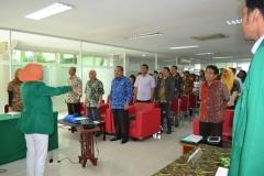 Menyanyikan lagu Indonesia raya sebelum diskusi
