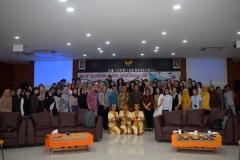 foto bersama para mahasiswa dan pembicara yang hadir dalam kegiatan ini