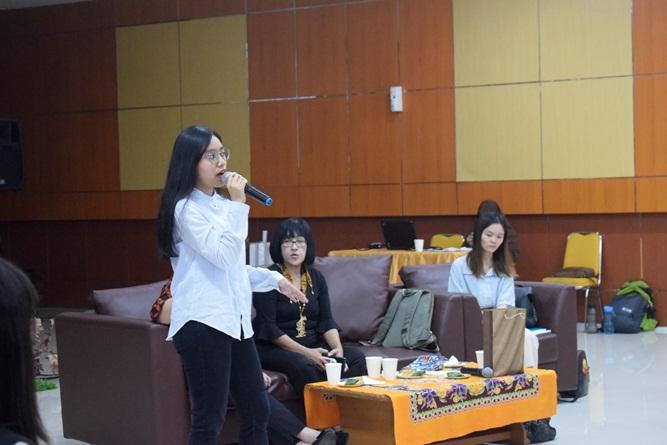 presentasi dari mahasiswa Gyungsung jurusan desain interior, Refanny Fiore Andriati