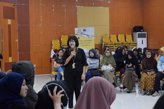 presentasi materi dari Kepala Divisi Kerjasama Luar Negeri KKI Unas, Dra. M.A. Inez Sapteno