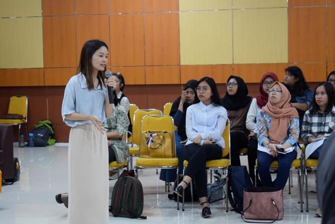presentasi mengenai Guangxi University for Nationalities dari mahasiswa Sastra Indonesia Unas, vivian