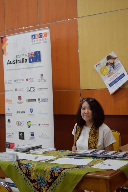 stand dari AECC Global Jakarta yang hadir dalam kegiatan ini