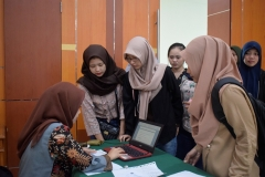 para mahasiswa sedang melakukan registrasi