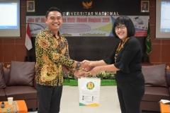 pemberian cenderamata dari Kepala Divisi Kerjasama Luar Negeri KKI Unas, Dra. M.A. Inez Sapteno kepada Eko Wahyudi dari Akhil Education Centre Semarang