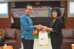 pemberian cenderamata dari Kepala Divisi Kerjasama Luar Negeri KKI Unas, Dra. M.A. Inez Sapteno kepada Romero Sinaga selaku Head of Indonesia Office of UNI Italia
