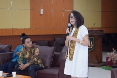 salah satu pembicara, Yonela Tananda selaku Manager of AECC Global Jakarta sedang presentasi materinya