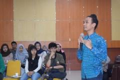 salah satu pembicara selaku Head Of Indonesia Office UNI Italia, Mr. Romero Sinaga sedang mempresentasikan materinya
