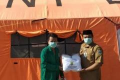 Pemberian donasi Alat Pelindung Diri (APD) tenaga kesehatan secara simbolik oleh mahasiswa fikes unas (almamater hijau)