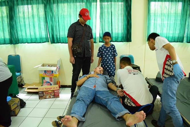 Saat donor darah berlangsung (2)