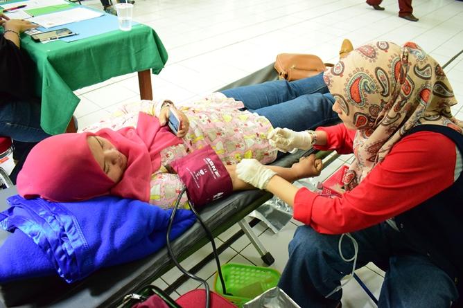 Saat donor darah berlangsung (4)