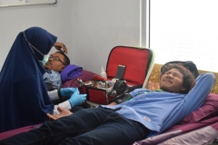 karyawan UNAS sedang melakukan donor darah
