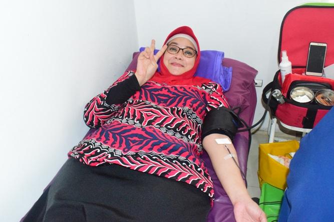 salah satu dosen FIKES dan panitia melakukan donor darah