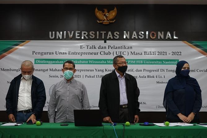 Menyanyikan lagu Indonesia Raya dalam pembukaan kegiatan