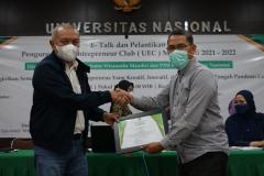 Pemberian sertifikat kepada pembicara, , Drs. Ian Zulfikar, M.Si dari Direktur Inkubator Wirausaha Mandiri Unas, dan Penanggung Jawab UEC, Drs. Suadi Sapta Putera, M.Si., M.Si. M