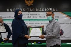 Pemberian sertifikat kepada pembicara,  Drs. Suadi Sapta Putera, M.Si., M.Si. M oleh Moderator