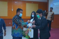 Pemberian cinderamata kepada mahasiswa terbaik  peringkat II oleh Dekan Fakultas Hukum Universitas Nasional Prof. Dr. Basuki Rekso Wibowo, S.H., M.Si. (kiri)