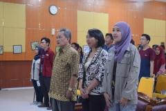Dekan Fakultas Biologi Bapak Imran dan narasumber saat menyanyikan lagu indonesia raya
