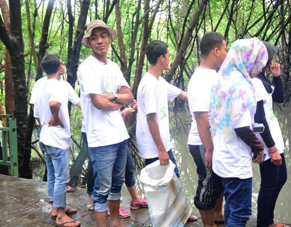 Saat mengambil sampah di hutan mangrove2