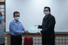 (Kiri-kanan) Dekan Fakultas  Bahasa dan Sastra Drs. Somadi, M.Pd. dan Ketua Program Studi Korea Fahdi Sachiya, S.S., M.A. saat penyerahan Buku sebagai bentuk Kerja Sama, pada Jum'at 16 April 2021 di Ruang Korean Culture Center UNAS
