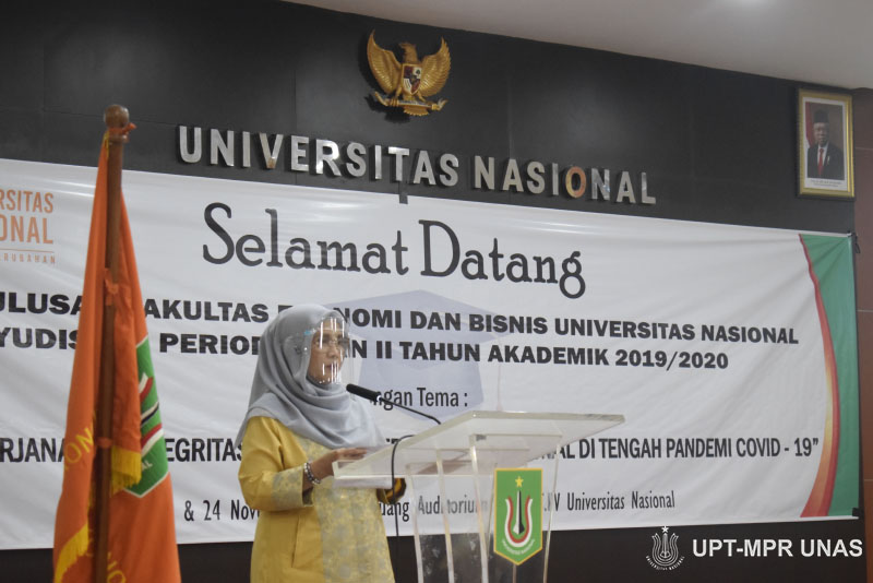 Pembacaan SK kelulusan oleh Wakil Dekan FEB UNAS Dr. Sufyati H.S, S.E., M.M.