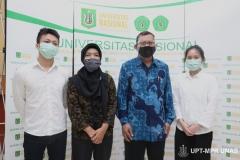 Foto Bersama Dekan FEB UNAS Dr. Suryono Efendi, SE.,MM. (kedua kanan) Ketua Prodi Manajemen Dr. Rahayu Lestari, S.E., M.M. (kedua kiri) dengan mahasiswa asing asal China yang berhasil menyelesaikan studinya di UNAS