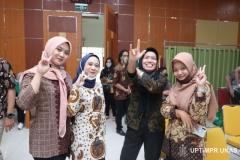 Foto bersama peserta yudisium dan Ketua Prodi Manajemen Dr. Rahayu Lestari, S.E., M.M. (kedua kanan)