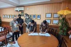 Penandatanganan MoU FEB UNAS oleh Dekan FEB Kumba Digdowiseiso, S.E., M.App. Ec., Ph.D.  dan dewan Industri Event Indonesia (IVENDO) Jumat 25 Juni 2021
