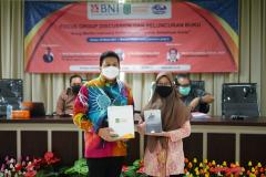 "Rizki Marman Saputra, S.Hum., M.Si., (kiri) selaku pembicara dan penulis buku ""Arung Maritim Indonesia dalam Gejolak Ombak Globalisasi"" dan Dr. Irma Indrayani, S.I.P., M.Si (kanan) selaku Ketua Prodi Hubungan Internasional Unas"