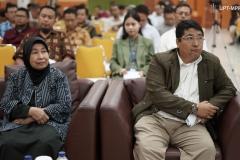 Wakil Rektor Bidang Akademik Prof. Dr. Iskandar Fitri, S.T., M.T. (kanan) dan Wakil Rektor Bidang Penelitian dan Pengabdian pada MasyarakatProf. Dr. Ernawati Sinaga, M.S., Apt. (kiri)