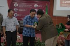 Pemberian cinderamata kepada narasumber diberikan oleh Wakil Rektor Bidang Akademik Prof. Dr. Iskandar Fitri, S.T., M.T.