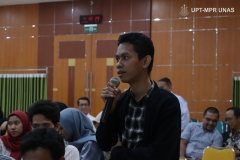 Peserta seminar saat mengajukan pertanyaan kepada narasumber