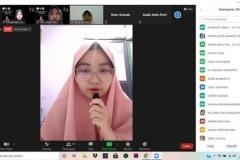 Salah satu peserta saat memberikan pertanyaan kepada Ustadzah Hj. Nina Khairina, LC. M.A. dalam acara peringatan Maulid Nabi Muhammad SAW 1442 H pada Minggu (15/11) melalui zoom cloud meeting