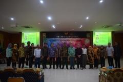Foto bersama Dekan FTS Basori, S.T., M.T. Bersama para narasumber dan dosen FTS
