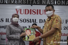 Wakil Rektor Bidang Kemahasiswaan Dr. Drs. Zainul Djumadin, M.Si (kanan) memberikan karikatur foto kepada mahasiswa terbaik