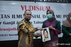 Wakil Dekan Fakultas Ilmu Sosial dan Ilmu Politik Bidang Akademik Dr. Ahmad Muksin, M.Si. memberikan karikatur foto kepada mahasiswa terbaik dari Prodi Administrasi Publik