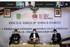 Para narasumber dan moderator dalam sesi tanya jawab focus group discussion