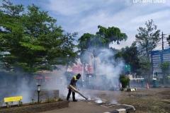 Petugas melakukan fogging di lingkungan universitas nasional sebagai upaya pencegahan demam berdarah pada Sabtu (21/3)
