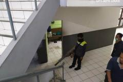 Petugas melakukan fogging sebagai upaya pencegahan demam berdarah bersama dengan petugas pengawasan universitas nasional pada Sabtu (21/3)