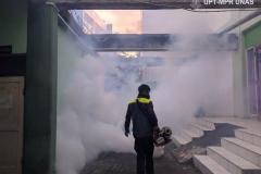 Petugas  juga melakukan fogging di area luar gedung unas