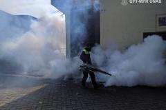 Petugas  juga melakukan fogging di area luar gedung unas pada Sabtu (21/3)